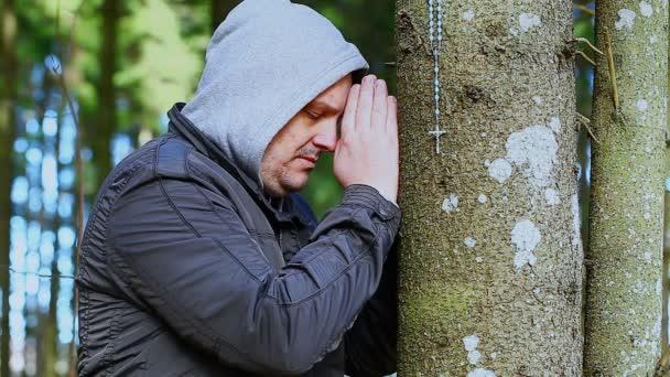 Hombre reza con un Rosario — Vídeo de stock