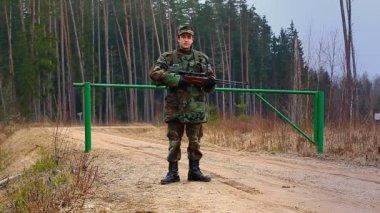 Soldaten bewachen die passage — Stockvideo