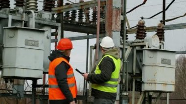 Engineer inspect electric lines — Stock Video