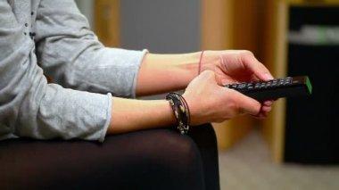 Mulher com controle remoto na mão — Vídeo stock