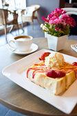 草莓烤面包、 拿铁咖啡 — 图库照片