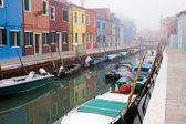 De reeds fantastische kleuren van huizen in burano, één van de venetiaanse eilanden, verwerven ongelooflijke levendigheid aangezien een herfst onweer dreigt. — Stockfoto