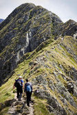 Couple hiking toward Moldoveanu peak — Stockfoto