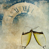 New Year's at midnight with champagne glasses and clock on vintage background — Stock Photo