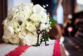 Wedding bouquet and rusty keys — Stock Photo