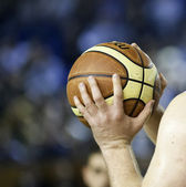 Hands holding basketball — Stockfoto