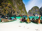 Thailand ocean landscape. Exotic beach view and traditional shi — Stockfoto