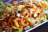 Insalata di erbe con profonde pesce fritto e citronella. cibo tailandese. — Foto Stock