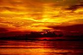 Západ slunce v soumraku. krásné mraky zlatý obloha. — Stock fotografie