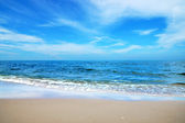 Blue sky with cloud on the beach. — ストック写真