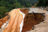 Side of the broken asphalt road collapsed and fallen, since the — Foto Stock