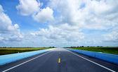 青い空、空の道路と交通線. — ストック写真