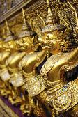 Garuda oro en el gran palacio de bangkok, tailandia. — Foto de Stock
