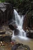 La piccola cascata e rocce nella foresta, thailandia — Foto Stock