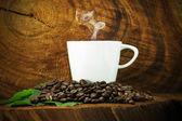 Kawa i fasoli na drewniane tła. — Zdjęcie stockowe