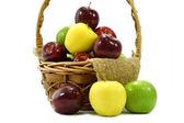 Appels in de mand op een witte achtergrond. — Stockfoto