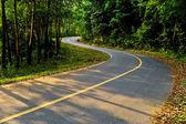 Kronkelige weg ga naar de berg, in het zuiden van thailand — Stockfoto