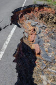 Fissures and erosion of the asphalt road by the earthquake. — Stockfoto
