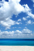 Beautiful sky and sea with white clouds. — Stock Photo