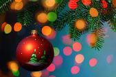Albero di natale gingillo su sfondo luminoso — Foto Stock