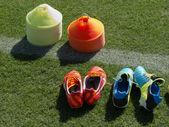 Conos de entrenamiento y zapatos de fútbol — Foto de Stock
