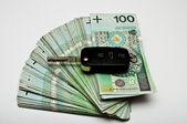 Bilnycklarna på pengar — Stockfoto
