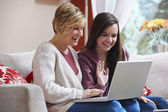 Mother and daughter on laptop — Stockfoto