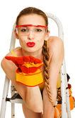 Ung kvinna med skyddsglasögon — Stockfoto