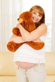 Pregnant woman with teddy bear. — 图库照片