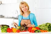 Marktlieden salade in de keuken. — Stockfoto