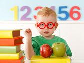 Kleines genie mit bücher zum lesen — Stockfoto