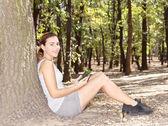 Flicka i parken med tablet pc — Stockfoto