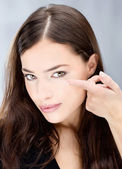 Vrouw contactpersonen lens voor oog houden — Stockfoto