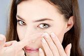 Frau setzen kontaktlinse — Stockfoto