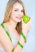 測定テープとリンゴのブロンドの女の子 — ストック写真