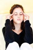 žena doma mají bolesti hlavy — Stock fotografie