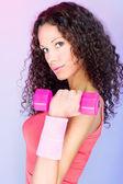 Kadeřavé vlasy dívka drží váhu pro cvičení — Stock fotografie