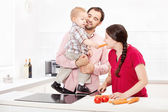 Family preparing food in the kitchen — Stockfoto