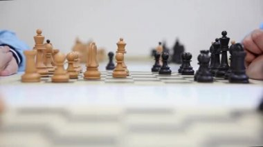 Hands of a two chess players and black queen take white queen — Stok video