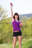 Žena, která dělá fitness cvičení venku — Stock fotografie