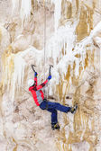 Young man climbing the ice — Stockfoto