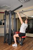 молодой человек, делая латов выпадающее тренировки в тренажерном зале — Стоковое фото