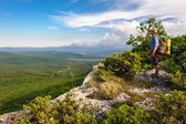 Escursionismo uomo nei raggi del tramonto — Foto Stock