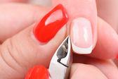 Manicure applicando - tranciatura la cuticola — Foto Stock