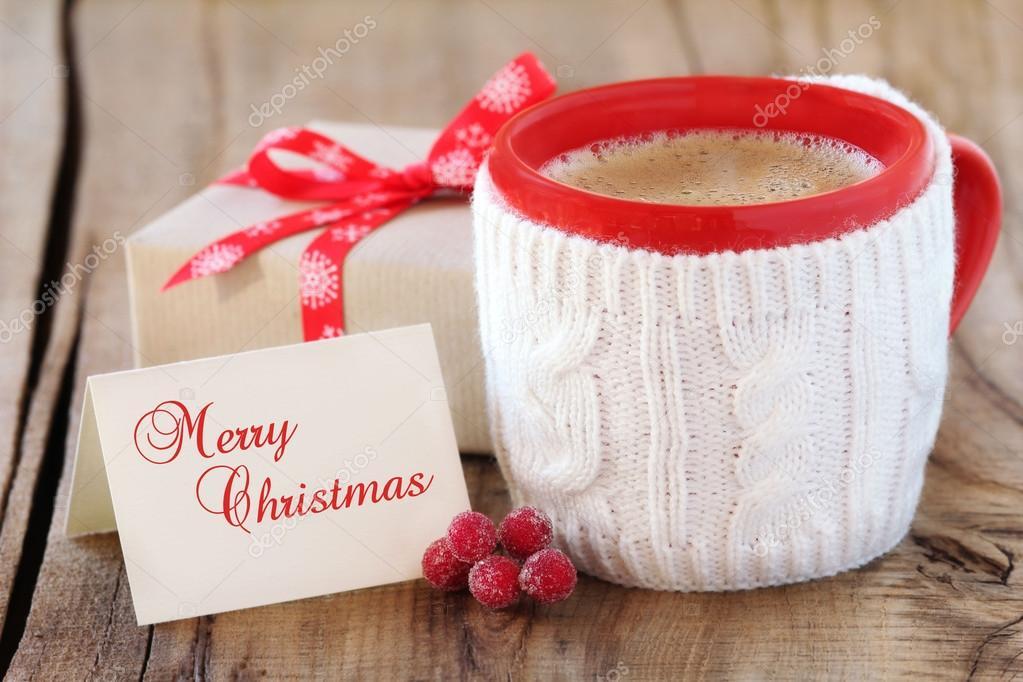 Caffè di natale e un regalo avvolto con un biglietto di auguri ...