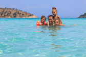母亲和女儿在海 — 图库照片