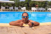 Homme dans la piscine — Photo