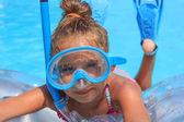Ragazza con la maschera subacquea nella piscina — Foto Stock