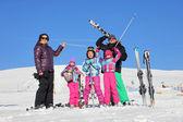 Famille sur le ski — Photo