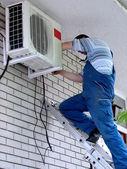 Klimatyzacja pracownika — Zdjęcie stockowe